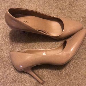 Tan/Nude pointed toe pumps